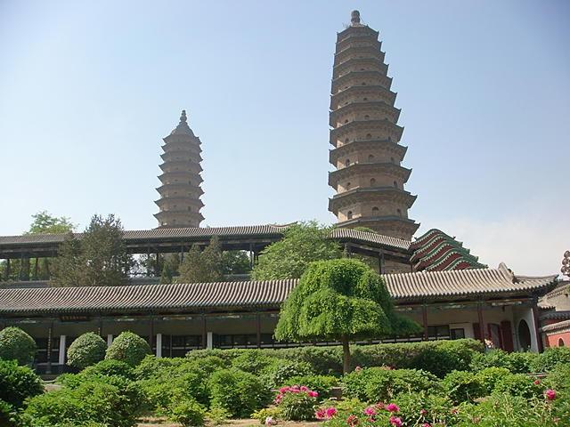 双塔寺 是 太原 的指標,始建於 明朝萬曆 27年(公元1599年)距今有4百多年的歷史了,双塔由磗結構建築組成的寺院,門票 30/全,裡面还挺不錯的,適逢 牡丹花季剛過,只有殘存了一小部份还未凋謝,牡丹園內有明代到今最古老的牡丹 ( 紫霞仙 ),相當珍貴爬上 双塔寺 其中一塔,塔有 13层,每层有約 5米高,階梯又陡又窄,逢有人擦肩而過時,真的很不方便,內部又暗,遊客又不會互相禮讓,讓過比爬階梯还累。不過,双塔寺真的好,又在市區,交通方便,建議來山西旅遊的人無妨安排此地為行程之一。